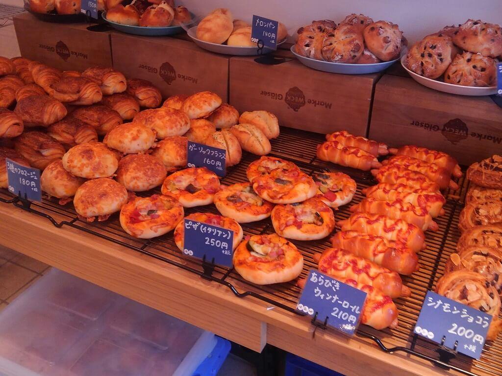 様々なパンが並ぶ店内