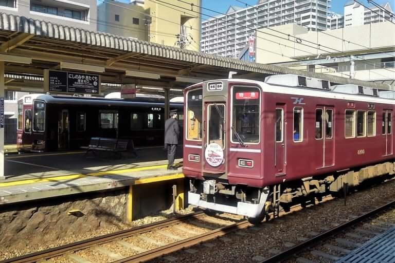 【西宮市】平成と共に走り出した、阪急8000系電車。当時の姿にリメイクされて、神戸線で運行中です。