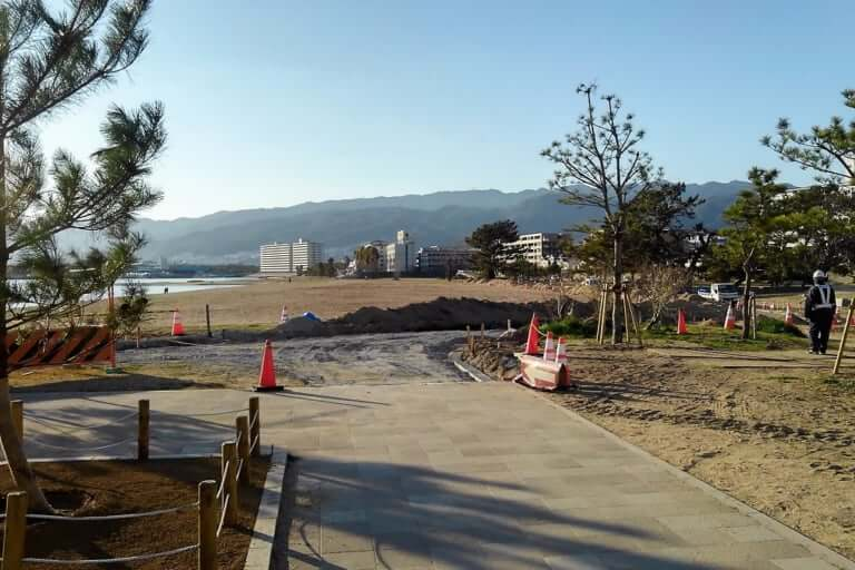 【西宮市】台風被害を受けた御前浜。きれいになった今、遊歩道が整備中です。
