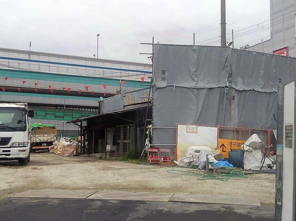 駅側から建物を臨む