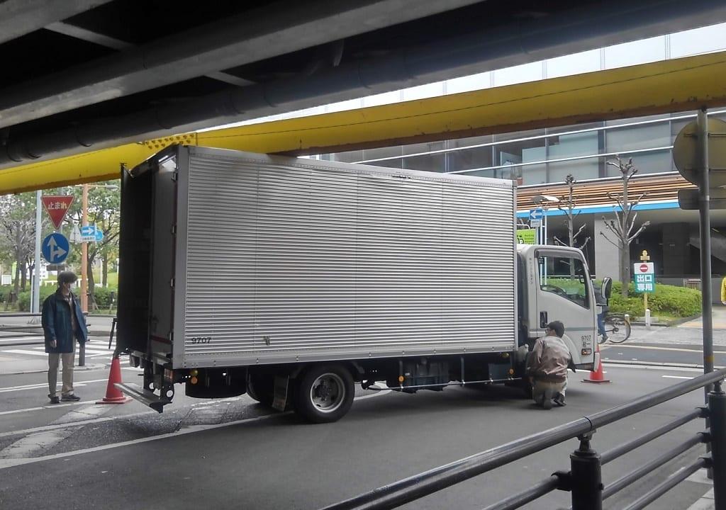 ガードに引っかかったトラック